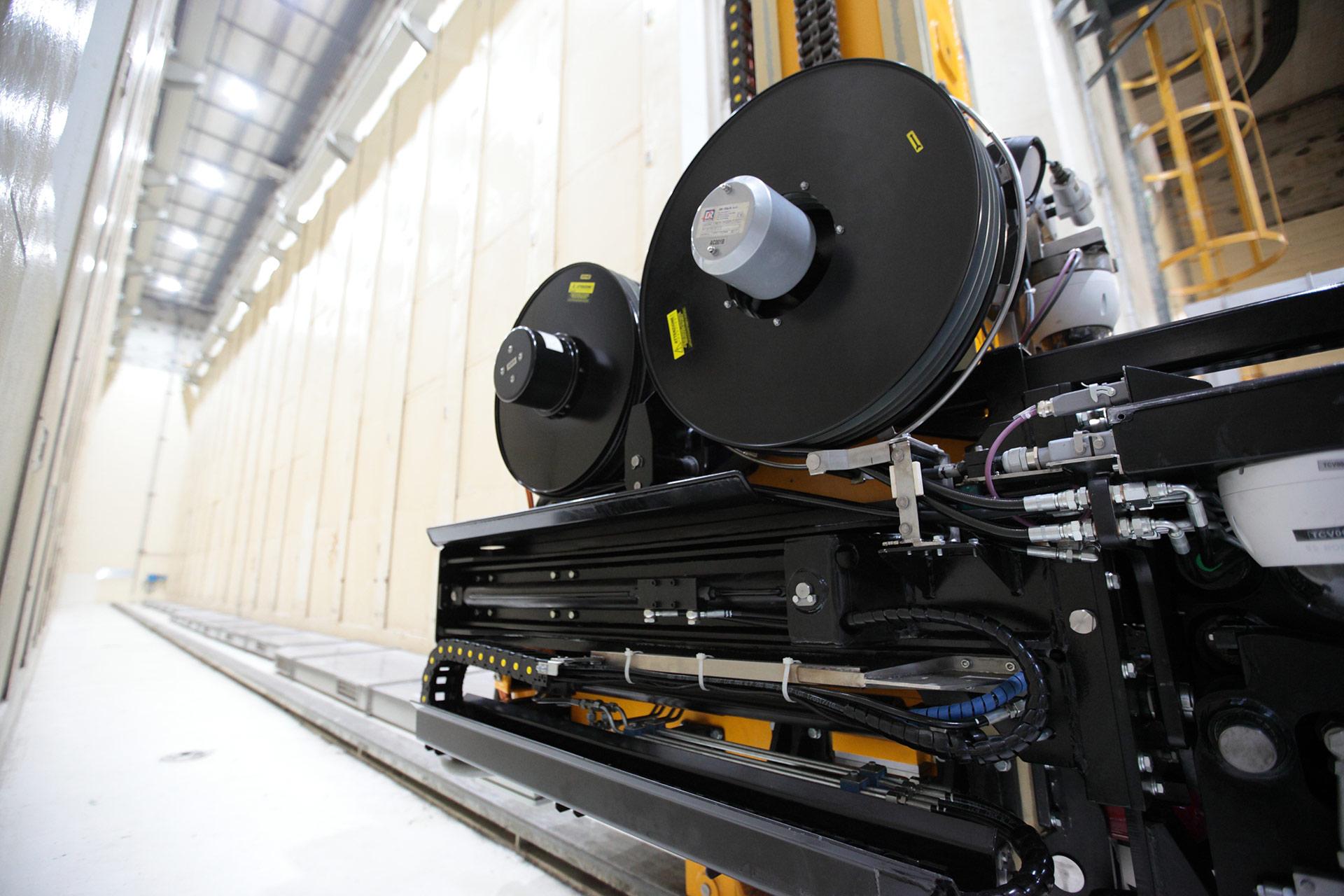 Dettaglio della macchina per recupero fusti nel deposito ERSMA